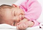 Väčšinou postihuje deti do 6. mesiaca života, s maximom  v období 2-4 mesiacoch. Po 6. mesiaci života výskyt rapídne klesá, aj keď nie je vylúčený.