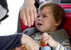 Čo robiť, keď dieťa nechce zostať sedieť pripútané v autosedačke?