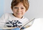 Deti čítajú detské časopisy Zornička a Včielka