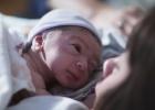 Novorodenec potrebuje cítiť matku na svojom tele
