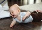 keď bábätko v polohe na brušku plače