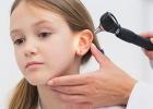 lekar kontroluje bolest v uchu