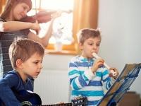 Prihlásiť dieťa na hudobný nástroj? Čo mu to dá?