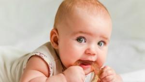Hra je vážna záležitosť: kedy začať dieťaťu dávať hračky?
