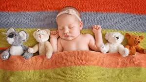 prvý rok dieťaťa, batoľa, novorodenec, prvý úsmev, príkrm, hráme sa, zuby