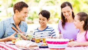 Spoločné rodinné večere – 5 dôvodov, prečo by nemali upadnúť do zabudnutia