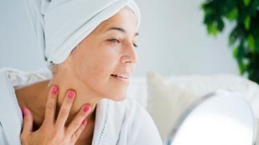 Sprcha iba raz do týždňa? Najnovší prieskum dermatológov to potvrdzuje!