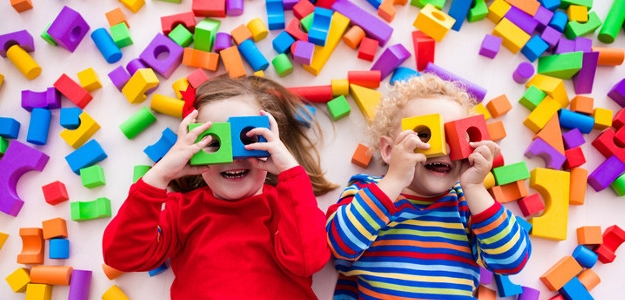 deti, dieťa, ohrádka, byt , bordel, neporiadok, zásuvky, hračky všade naokolo