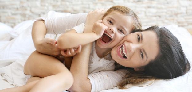 rodičovstvo, mama a deti, láska, vyčerpanie, večer, spiace dieťa