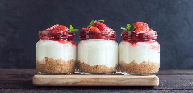 mliečne recepty, koláč, sneh, jogurt, ovocie, krém, maliny