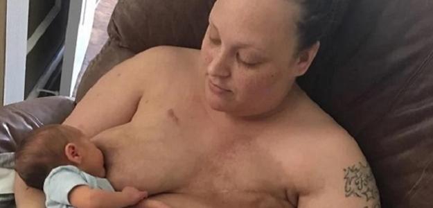 Silná fotografia: Matka dojčí svoje dieťa po mastektómii