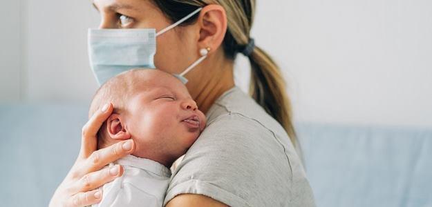 pôrod s rúškom na tvári