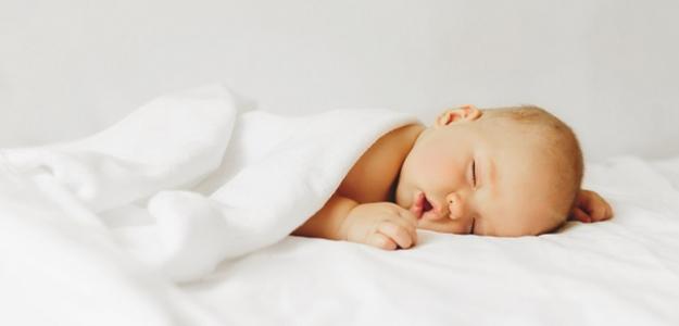 10 tipov na pokojný spánok bábätiek