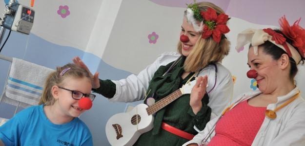 Zdravotní klauni odprevádzajú deti na operácie