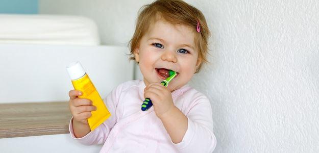 Umývať zuby bez pasty