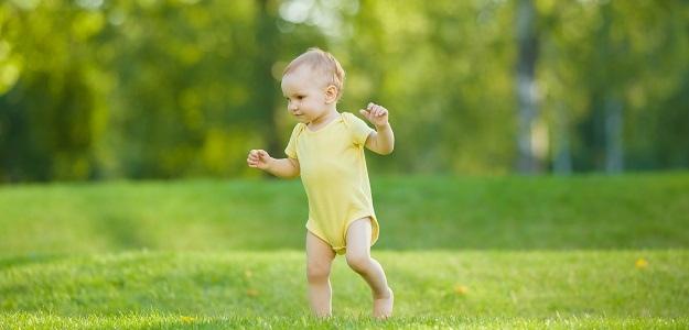 Dieťa behá bosé