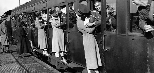 20 dojímavých fotiek dokazujúcich veľkú lásku vo vojnovom období