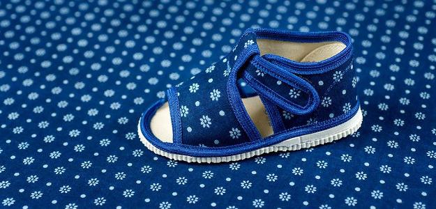 Fyzioterapeutka radí: Musí doma dieťa nosiť papuče?