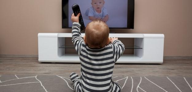 Odporúčanie lekárov: Deti do dvoch rokov potrebujú rodičov, nie televíziu