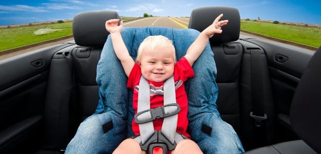 autosedačka, dieťa v aute, nástrahy leta, zabudnúť dieťa v aute
