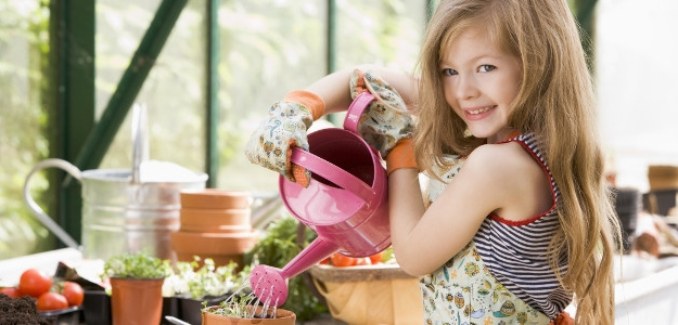 dieťa a záhrada, deti pomáhajú v záhrade, pestovanie
