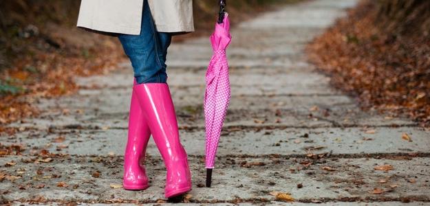 matka roka, žena, gumáky, pršiplášť, dážď, jeseň, rodina, deti, škôlka