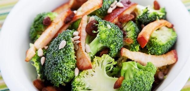 Šalát s kuracím mäsom  a brokolicou