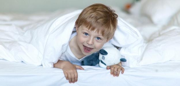 FEJTÓN: Keď si myslíte, že dieťa spí, NESPÍ