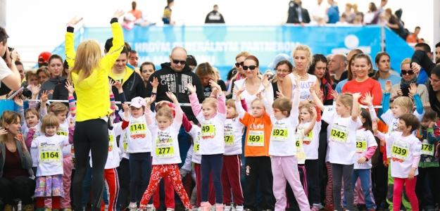 Patrónkou detských behov na ČSOB BRATISLAVA MARATHON 2014 bola svetoznáma modelka Viera Schottertová, bežala aj jej dcérka Gabriela