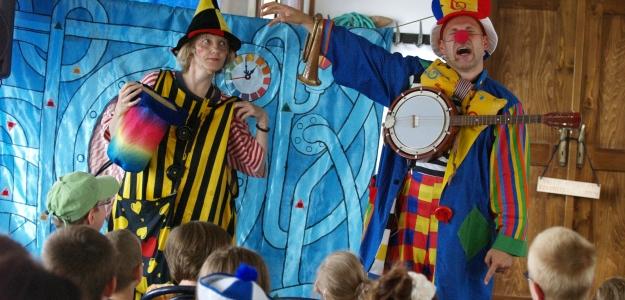 Deti bude učiť cirkusant a papierový kráľ
