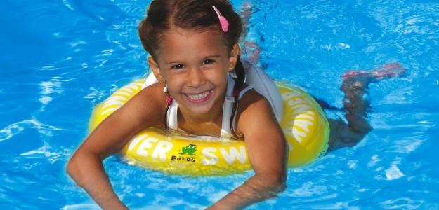Plávanie s deťmi vynikajúco vplýva na duševný a fyzický rozvoj detí a váš vzťah s nimi