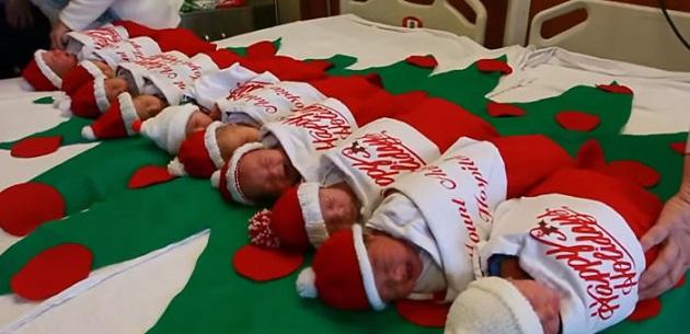 TOTO je milé: Decembrové bábätká spinkajú vo vianočných pančuchách